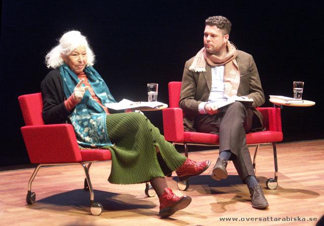 Nawal El Saadawi intervjuas av Stefan Ingvarsson inför en fullsatt kongressal.