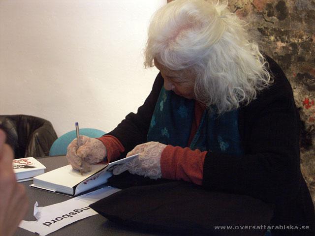 Nawal El saadawi signerar sin nya bok.